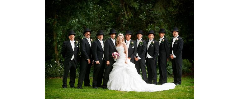 Gruppenbild mit Braut sowie 8 sie umgebenden Trauzeugen