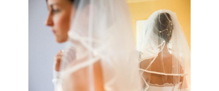 Hochzeitsreportage in Hamburg, eine Braut im Spiegel